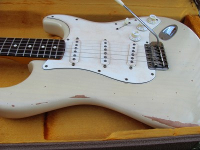 Vintage Relic Custom Guitar vintage style aging: weather checking, fading, finish wear, plastic yellowing
